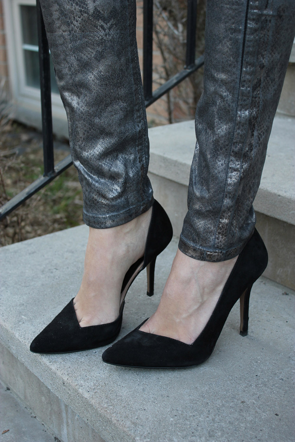 snakeskin jeans black pumps