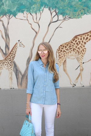how to wear a chambray shirt with white jeans
