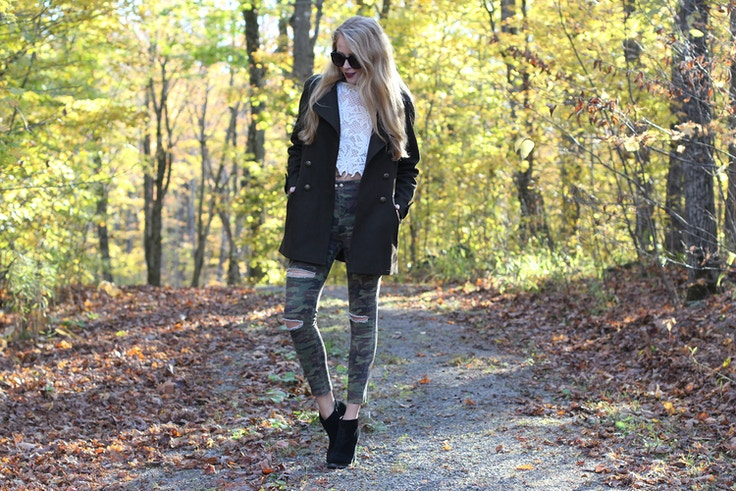 fall outfit ripped camo jeans