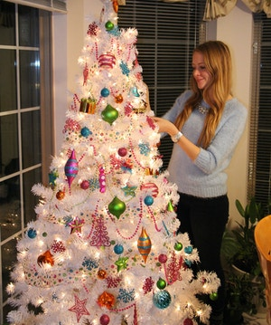 how to decorate white christmas tree
