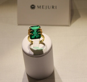 mejuri emerald claw ring