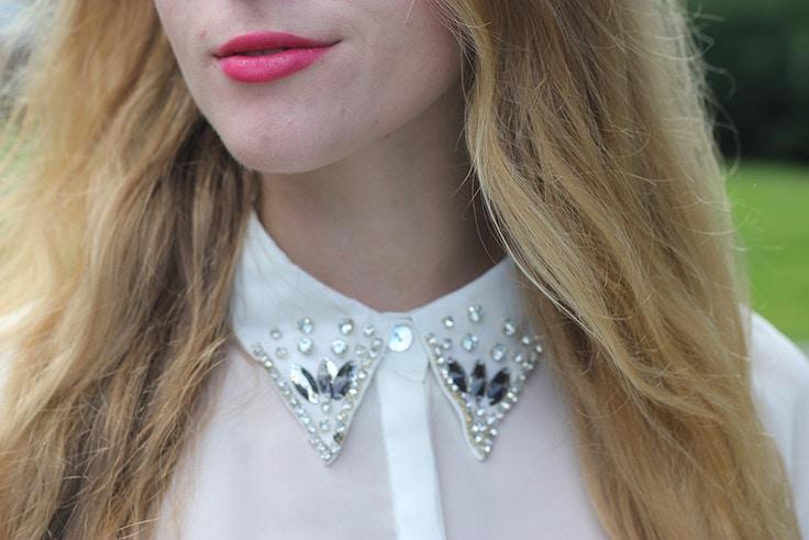 pink lips jewelled collar