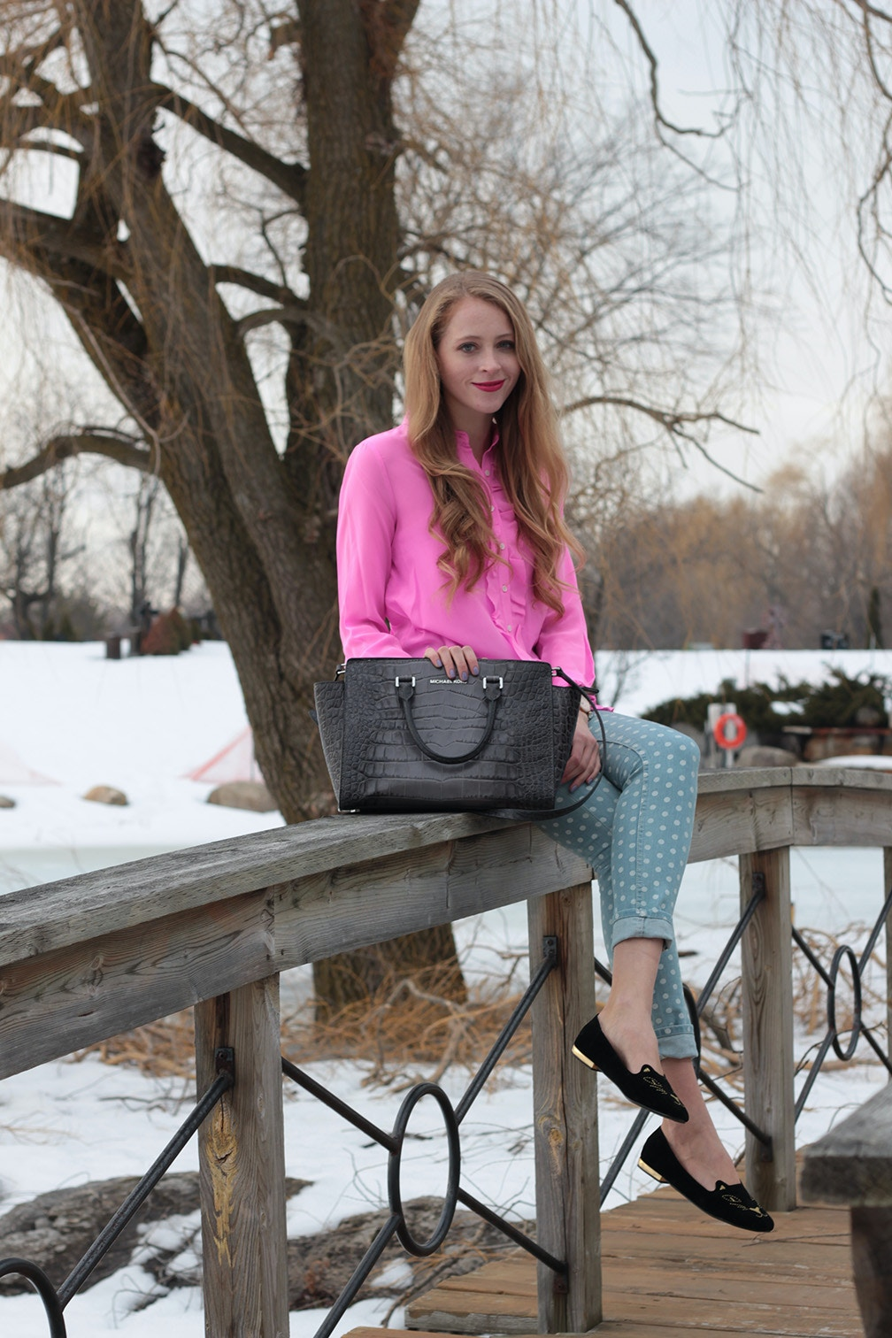 spring outfit hot pink and jeans