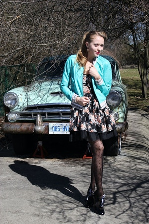 vintage car girl in 50s outfit