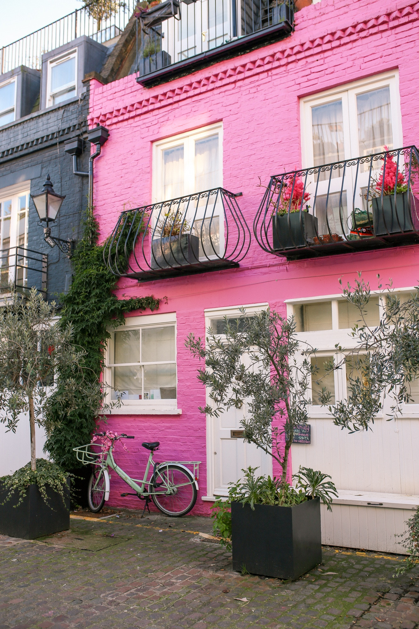 St. Luke's Mews - Love Actually Pink House in Notting Hill