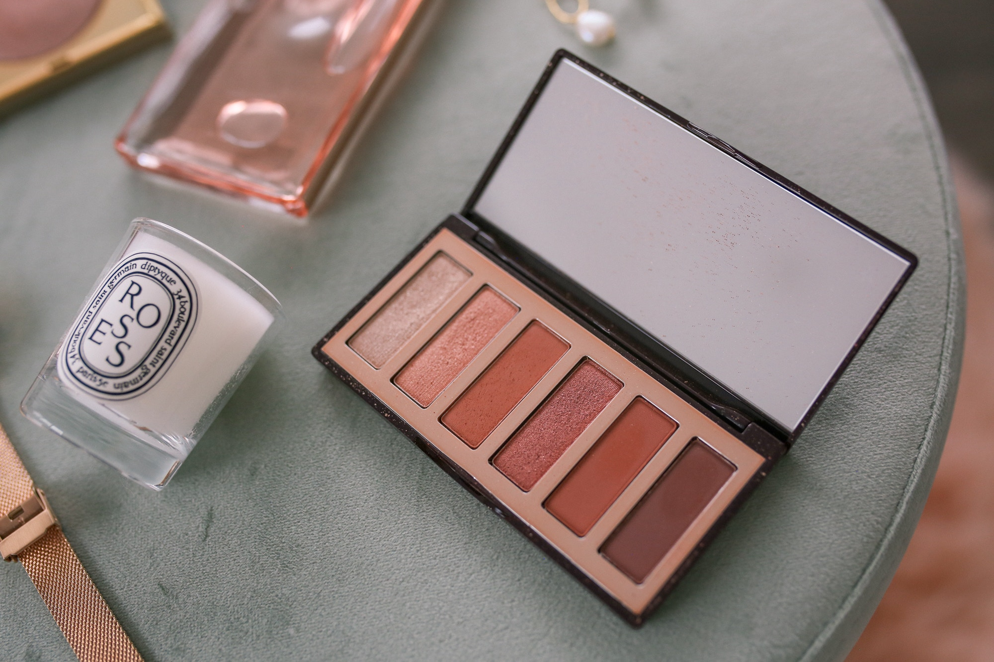 Charlotte Tilbury Darling Eyeshadow Palette Review: This eye palette contains 6 shades for two eye looks. The metallics are stunning, while the mattes are highly pigmented.