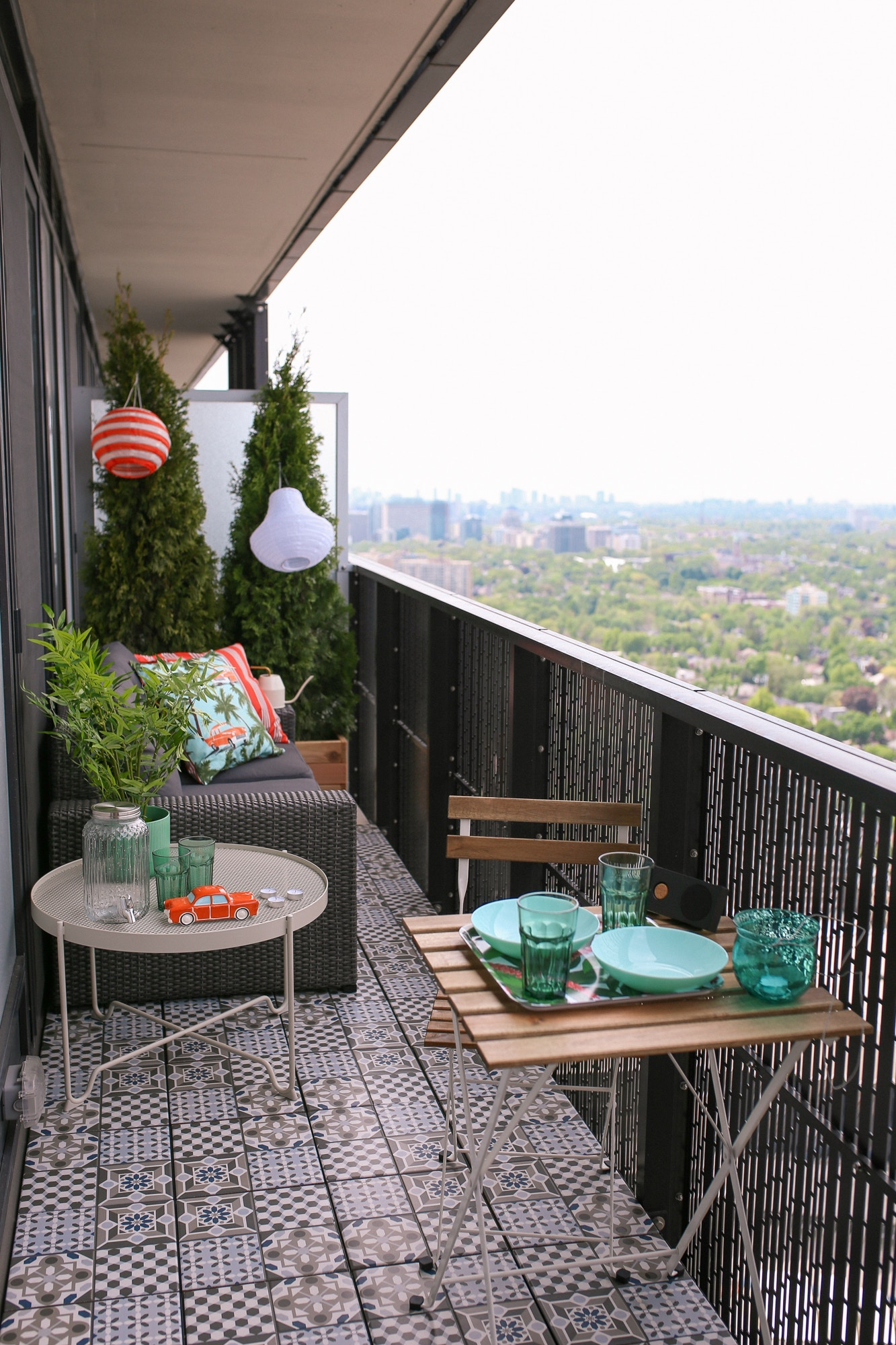 The IKEA Mällsten decking is a must have to personalize your apartment balcony. The Mallsten decking is super easy to install and is made of real porcelain tiles! It feels like I'm in Morocco or Lisbon!