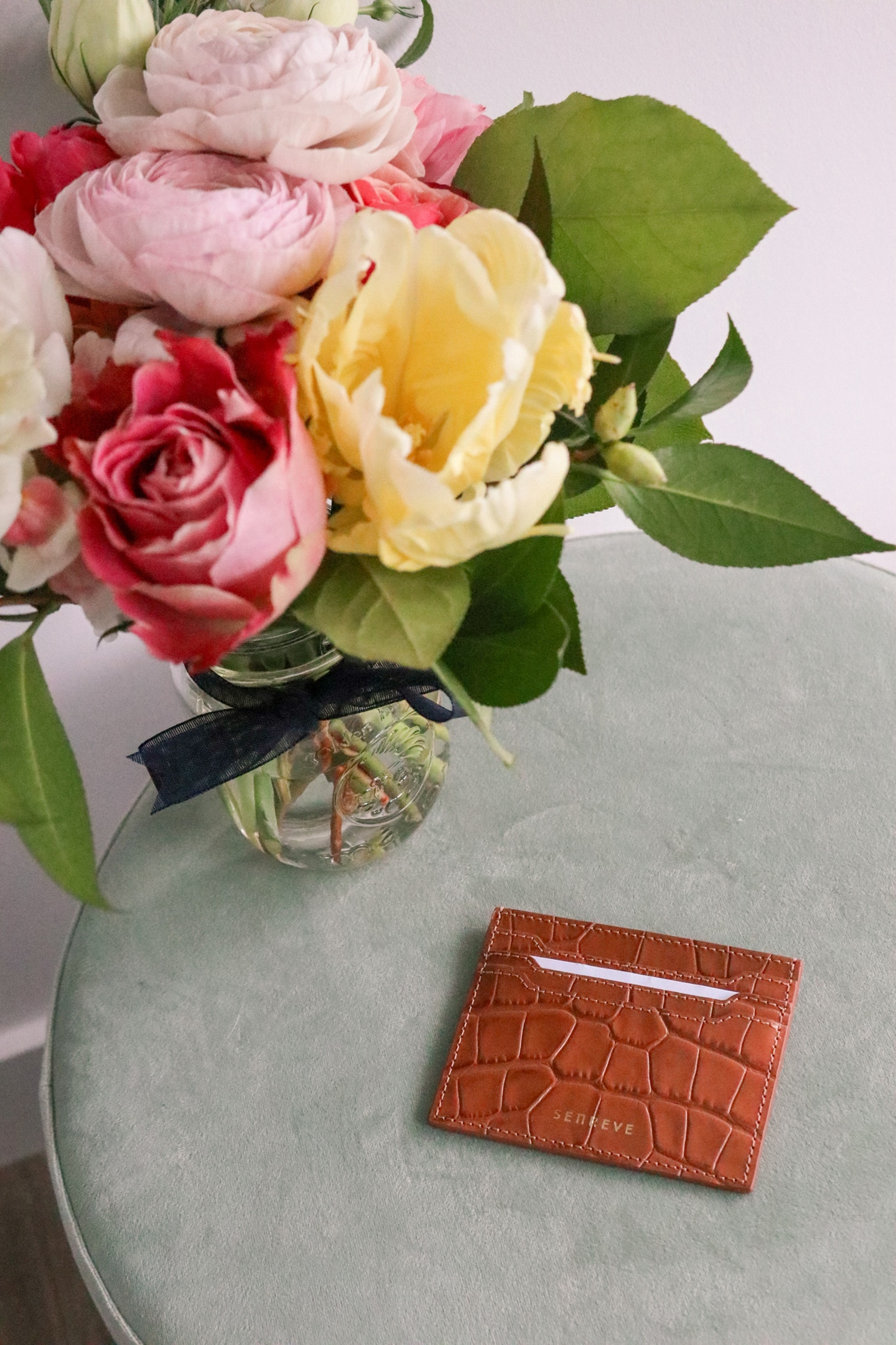 Senreve Carte Folio Dragon Chestnut card case review: this Made in Italy leather card case is perfect for mini bags or slipping into your pocket on a walk. It's also a gender neutral wallet and comes in many beautiful colours.